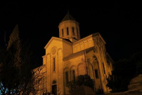 そうこうしているうちに、カシュ・・ヴェディー教会(言えねー)に到着。<br />なんでもトビリシで最も古いとか・・・夜もしっかり中に入れました。