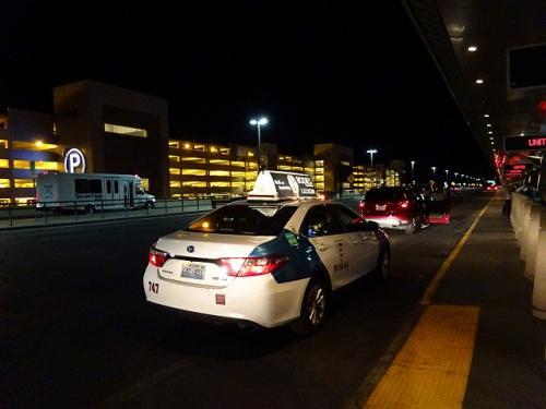 この時間ですと、タクシーで空港に行くしかありません。<br />意外と安く、$15(チップ込み)でした。