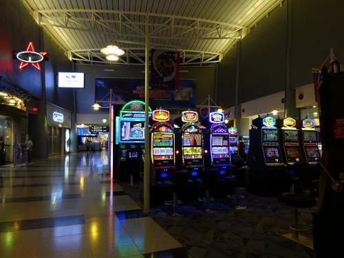 ラスベガスは空港の中までスロットルマシーンがあります。<br />結局運試しすることなく終わりました。<br />