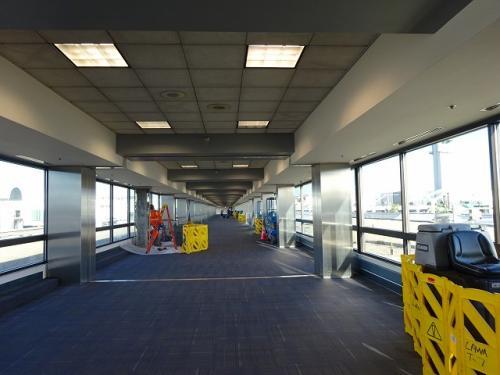 ロスアンゼルス空港は広い。<br />ターミナル間移動の通路もご覧の通りです。