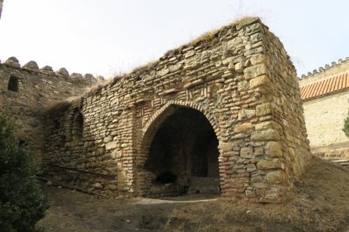 城塞だったという事で敷地内にいろいろ遺構があります。 なんとなくインド・イスラム色がありますね!