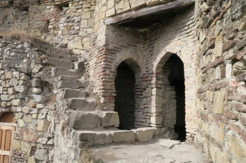 いい感じです!どちらの入口からも中は廃墟でしたね。左の階段は登れました。物見棟の途中まで登れます。