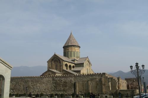 スヴェティツホヴェリ大聖堂が見えてきました。城壁があるので全景がいまいち!