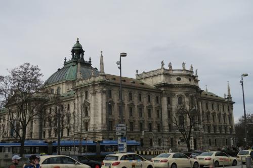 さてカールスプラッツに到着しました。外に出ると地方裁判所が見えます。重厚な造りですね。