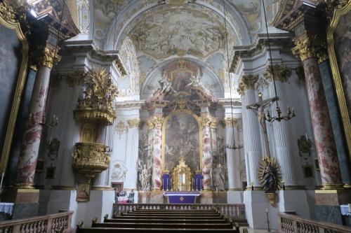 中は壮麗で綺麗ですね。祭壇の支柱は螺旋石柱になっていますんね。
