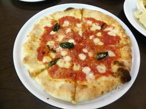 その5<br /><br /> 出ましたッ! 店名にもなってるマルゲリータピザ<br /><br />マルゲリータ (Margherita) は、イタリア料理のピザの種類<br />の1つでナポリピッツァの 代表でもある<br />イタリア王妃マルゲリータ・ディ・サヴォイア=ジェノヴァに由来する <br />とか。。。
