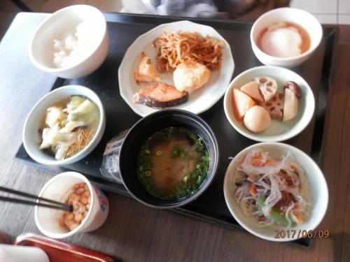 170609-0701.家では夜に納豆だけれども。<br /><br />あさいただく。右の真ん中の皿。レンコン里芋ジャガイモと芋ばっかり。<br /><br />皿うどんはホテルで試した。