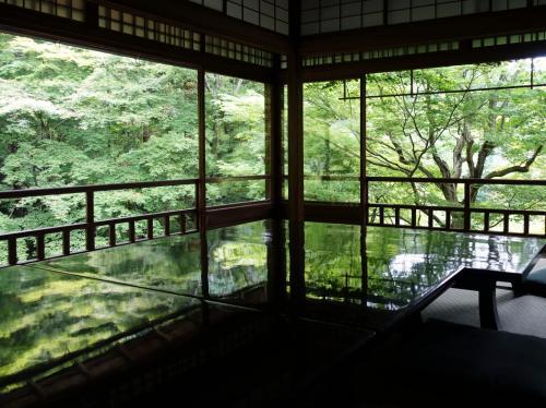 書院二階。<br /><br />青紅葉が映るよう、ピカピカに磨かれた座卓が並べられています。