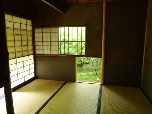 茶室。窓や入口の切り方が幾何学的で面白いです。