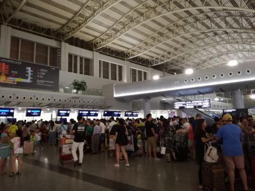 今回乗る飛行機は、ガルーダ・インドネシア航空GA887(成都発25日4:10am)。<br />ツアーの集合時間は、24日23:30。<br />22時頃から空港に居たけど、深夜になるにしたがって空港内は中国人でごった返しの状態に。<br />予想はしていたけど。。。全て中国人ツアーの人達です。<br />行き先は、バリ島、タイ、シンガポール、プーケット、ヨーロッパなんかもありました。<br />深夜に成都空港に到着したことは何度もあるけど、出発側がこんな状態になっているとは知らなかった。