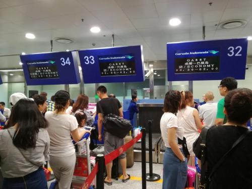 中国人達のチェックインが酷いのは何度も目にしています。<br />まず、ほとんどが大量の荷物を持っていて、重量オーバーでそこらじゅうでスーツケースを開けて何とかしようとするので大変です。<br />今回は往路だからか、皆さん重量オーバーもなくスムーズのようです。<br />私達は小さなスーツケース1つと小さなバックパック1つです。