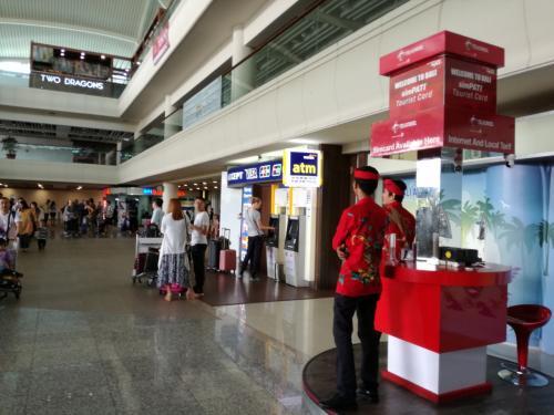 入国審査は全く簡単、日本人も中国人も顔もろくに見ずにスルーです。入国カードすらほとんど見ていません。<br />インドネシアはテロも多いのに、こんなんでいいのか?と不安になりました。<br />ロビーに出て、成都空港に居た女学生エージェントを探して集合。<br />あの6人も来ていました。どうやらお金を再び払ったようです。<br />空港にはATMも両替所もありますが、今回はツアーで、後半2日間の自由日にどのくらいルピーを使うかわからないので、まだATMは使いません。バリのエージェントが300元を540,000IDRに替えてくれたので当面は間に合います。<br />今回私達はドルを持って来ているので、ATMよりも両替所を使うつもりです。