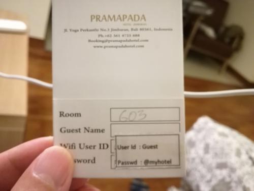 ホテルはジンバランビーチにある大きめのホテル。<br />渡されたカードキーを持って自力で女性3人組とエレベーターに。ポーター等は中国人ツアーには無縁のようです。そもそも、このホテルにはそんなスタッフもいない。<br />彼女らは3階らしい。客室は5階までで6階はバー、プール、スパ、VIPルームとなっている。<br />「VIP ルームか。。」と思いながらエレベーターを降りると、隣のエレベーターからも同じグループの家族3人組が出て来た。<br />客室はどこかな?と思ってプールやカクテルを飲んでいる欧米人がいるオープンバーを横目にガラガラスーツケースを引きずって私達オリエンタルが客室を探していると、バーからスタッフがあわてて出てきた。<br />私がルームナンバーが書かれたこの紙を見せて、部屋はどこか聞くと。<br />「Oh! This is not 6. This is G. G06」「G06? Ground floor?」「yes」私達「...」私は「Ground floor is Cheap floor?」彼「No! Natural!」<br />私達の窓の外は薮です。。トホホ<br />蚊が入るので窓は開けるなと言われました。<br />