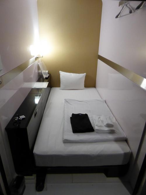 この日の宿は、ファーストキャビン築地。スタイリッシュです。5900円。