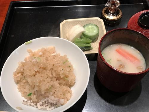 椀物は、ふきの真丈。出汁が絶品です。さすが関西。刺身は鯛とハリイカ。熟成具合がたまりません。さらに、ブリとサヨリ。めっちゃ旨いです。焼き魚は、ブリ。かぶおろしとイクラがいいアクセントになっています。海老芋に穴子。これもめっちゃ美味しい。ご飯は鯛めしでした。食べきれないご飯は、お土産にしてもらえました。<br /><br /><br /><br />