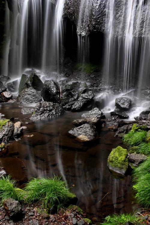 """☆逆さ達沢不動滝<br /><br /><br />達沢不動滝は水量は少ないのですが、一枚岩をほぼ均等に流れ落ちる簾(すだれ)のような滝で、スローシャッターで撮影するとシルクのような流れをうまく表現できます。<br />水量が少ない上に滝壺は落下した岩石で仕切られているので、滝のすぐ近くでも流れが穏やかで所々で""""逆さ不動滝""""が見られます。"""