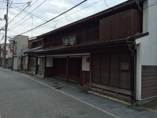 8時30分過ぎ、石畳の京店通りを歩きながら松江駅へ向かいます。明治7年創業の國暉酒造はいい感じを醸し出しています