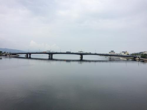 松江大橋からの眺める大橋川。先に見えるのは宍道湖大橋