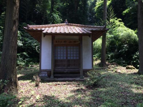 かつて銀で賑わった集落だけあって、寺や神社も数多かった。遊歩道沿いにもいくつかの寺や寺跡が。これは妙心寺