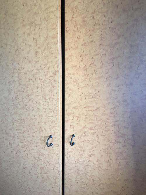クローゼットの扉も付け方が不完全なため、閉まらないままです~💢
