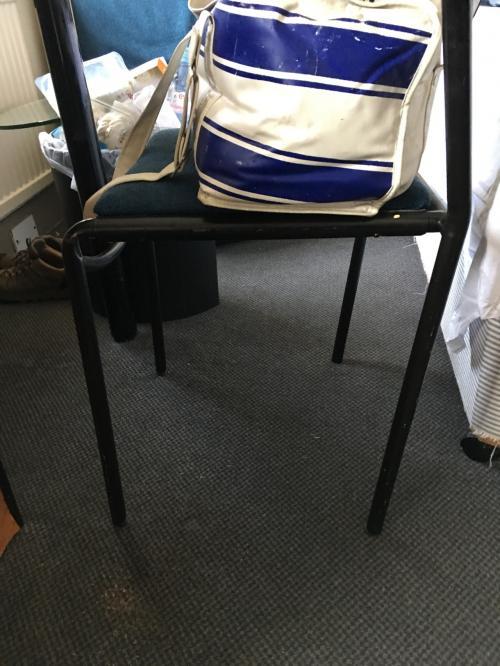 空気椅子みたいに傾いた椅子。<br />普通に腰掛けると後ろに倒れてしまいます😱
