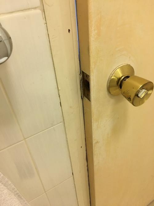 扉の鍵がないのもですが、気が膨らんだか完全に閉まらないです。
