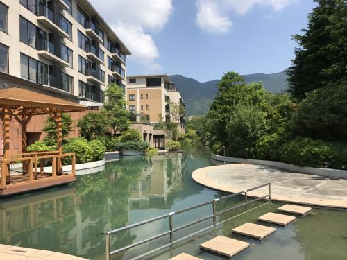 箱根甲子園はホテルを水に囲まれているのが印象的。<br /><br />大きな池と、手前のプールが一体化していて美しい光景です。<br /><br />プールは夏休み期間中のみオープンしているよう。<br />子供がもう少し大きくなったら行ってみたい!<br /><br />もちろん、室内プールもありますよ♪<br />こちらは一年中オープンしています。