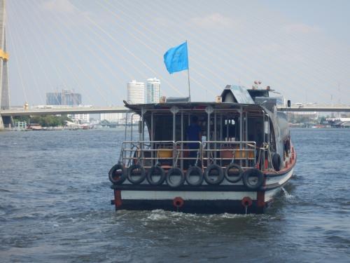 青旗はチャオプラヤエキスプレスボートのツーリストボート。