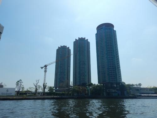 このビルが見えてくるとワット・ウォラチャンヤウェートの船着き場が近い。