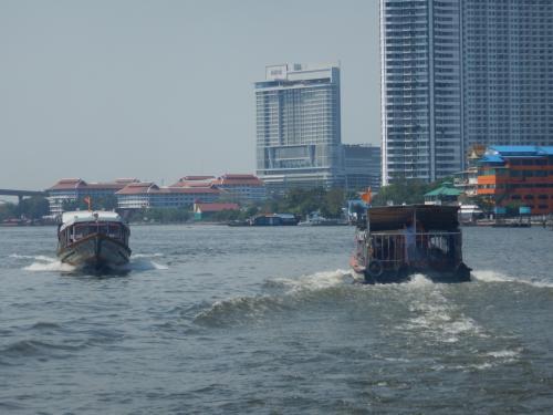 ワット・ウォラチャンヤウェートの船着き場から見るチャオプラヤ川。