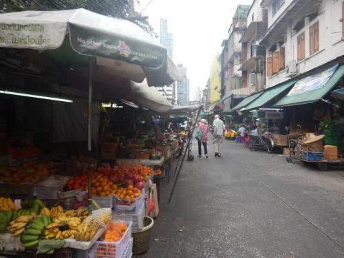 BTSのサパーンタークシン駅近くの市場。ガイドブックには「在タイの日本料理屋の板さんも買い出しに来る生鮮市場」と書いてあったので期待して行ってみたが、あまり店が開いていなかった。