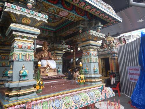ワット・マハ―ウマ―・テウィ―。<br /><br />おそらくバンコクで最大のヒンドゥー教寺院だろう。インド系の人々であふれており、タイにいることを忘れてしまいそうな寺院だ。中央の像はプラフマーだろうか。