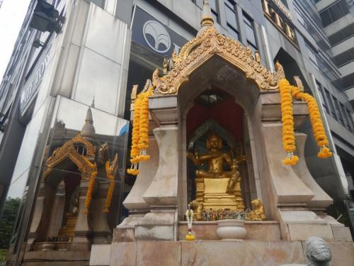 サパーンタークシンからシーロム通りを歩いて来たら歩道にプラマー神の像があった。プラフマー神の像の像といえばエラワン廟が有名だが、ここの像でもご利益はあるのだろう。