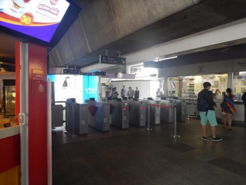 サラデーン駅。構内に入ったが、何故かBTSには乗らず、この後地下鉄に乗る。