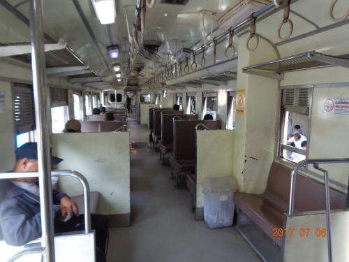 車内の様子です。普通のローカル鉄道ですね。イスは固いですが、開放感があり、のんびりした雰囲気があっていいですね。日本と違い、イスの隣に白いゴミ箱が置いてあります・この横の席は座りたくないなぁ<br />