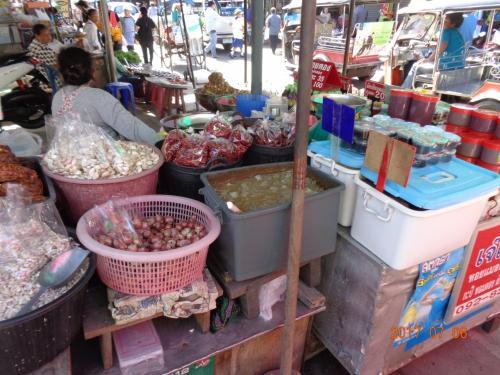 渡し船に向かう途中の市場です。<br />水辺が近いので、魚の干物が多かったです。