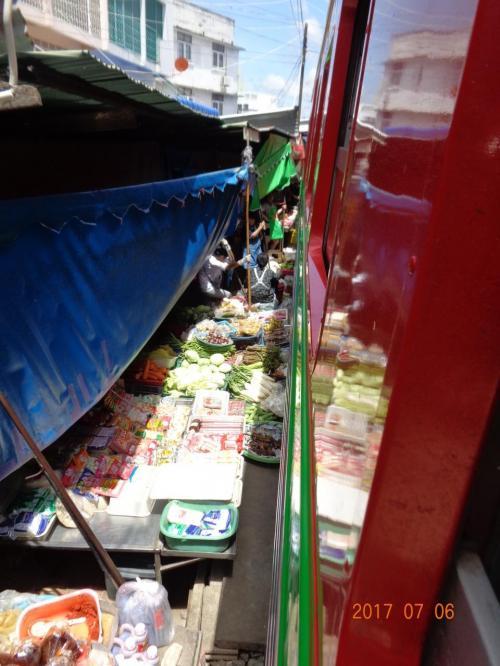 こちらも1時間程度で到着しました。片道1人10Bです。<br />結局ウォンウィエンヤイから23Bでメークロンに行くことができました。<br />雰囲気も楽しめるので、ツアーよりも電車で行くのがおすすめです。<br /><br />メークロン市場を電車に乗りながら見ます。<br />野菜の上を電車が通る不思議な市場です。<br />感じたことは「近い!」です。<br />人も店も近い!
