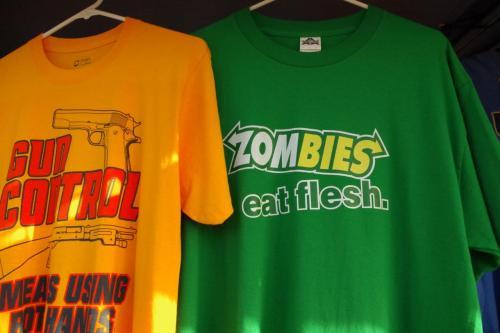 こーゆーTシャツのセンス大好き笑<br />ゾンビも新鮮な人を召し上がりたいのかもしれない・・・笑