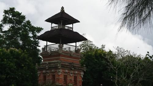 この搭は、木製の鐘で、バリ島の寺院には必ずあるそうです、お祭りの時には二人がかりで1日中鳴らすんだそうです。<br />バリ島の寺院で良く見かける「搭の屋根」の数にも意味があるそうです。