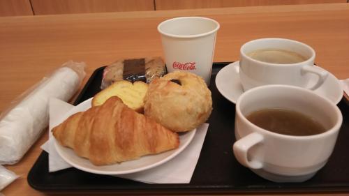 まずは伊丹で軽食。オニオンスープと青汁が好きです。