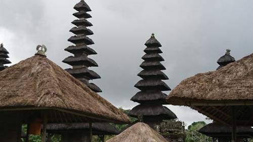 先程の「搭」には、奇数と偶然の屋根があり、奇数は神様へ、偶数は先祖や親族を祀ってあるそうです!<br />過去の三度の訪問時にもガイドさんから説明が有ったんだろうと思うのですが、、。