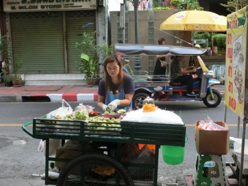 道端には朝食用のお店が並んでいます。<br /><br /><br /> <br />