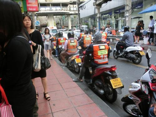 黄色いジャケットを着たバイクタクシー。<br /> これも次々に利用者が乗っていました。<br /> 朝の忙しい風景。<br /><br /><br /> <br />