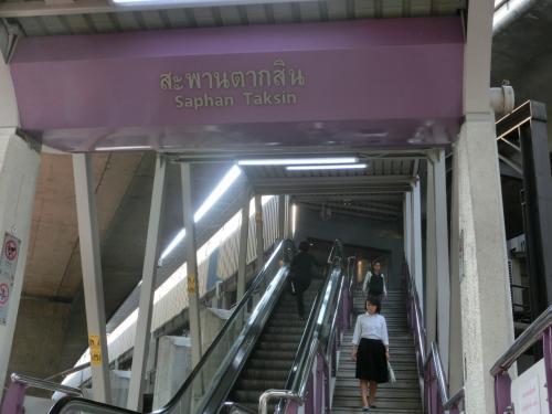駅はこの上にあっるので階段を上ります。<br /> この線で南へ3つ目の駅「バーン・タークシン駅」へ向かいます。<br /><br /><br /><br />