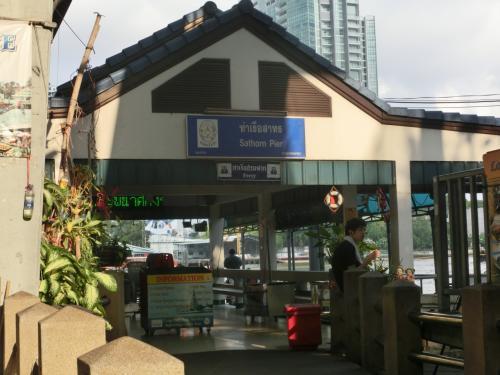 電車賃22TB(70円)。<br /> 「バーン・タークシン駅」に着きました。<br /> そして駅近くにある チャオプラヤー川のボート乗り場「サートーン」へ。<br /><br /><br /> <br />