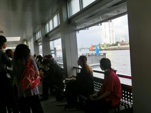 チャオプラヤー川のボート乗り場「サートーン」に到着。<br /> しかし発着口が数か所あるので職員に聞きながらやっとNO9の「「ター・チャン」行きのボート乗り場が見つかりました。 <br /><br /><br /> <br />