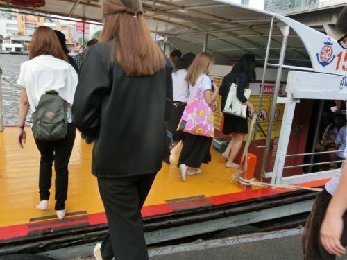 チケットはボート内で買いなさいと云われボートを待ちます。<br /> 10分位あってやっと到着。<br /> このボートに乗りなさいと云われました。<br /><br /><br /><br />