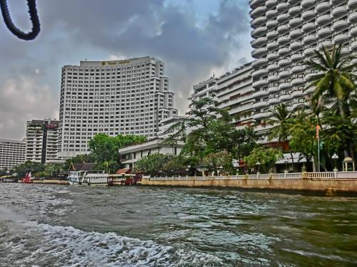 チャオプラヤー川の川沿いにはホテルかな大きなビルが立ち並び壮観。<br /><br />
