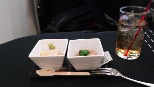 機内食、ペリエと前菜