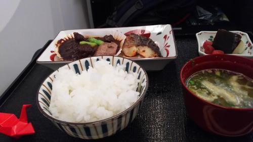美味しいと評判のご飯だが、ラウンジで食べているのであまりおいしく感じられなかった。半分くらい残す